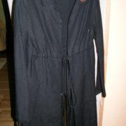 Płaszcz czarny z kołnierzem i kieszeniami.-153