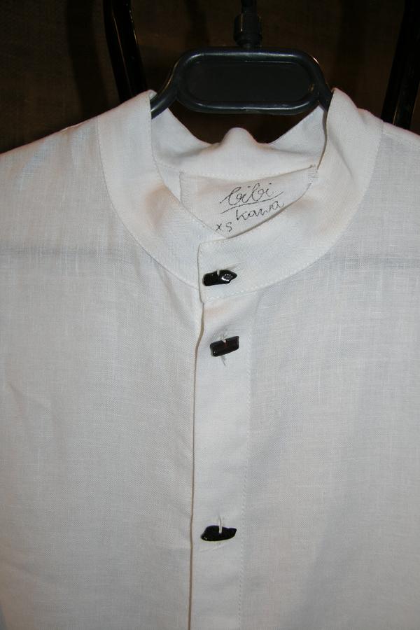 Koszula biała na stójce z czarnymi bursztynami.-44