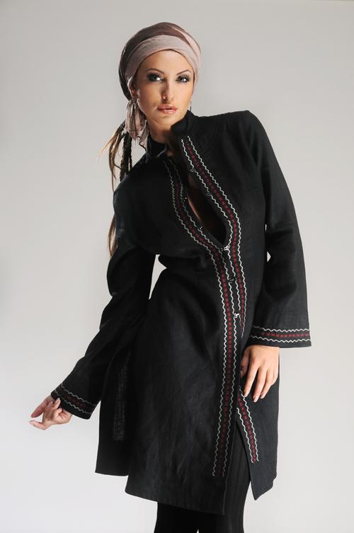 Płaszcz czarny na stójce z kolorowym haftem.-0