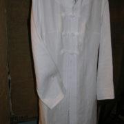 Płaszcz biały z ręcznie robionymi zapięciami.-393