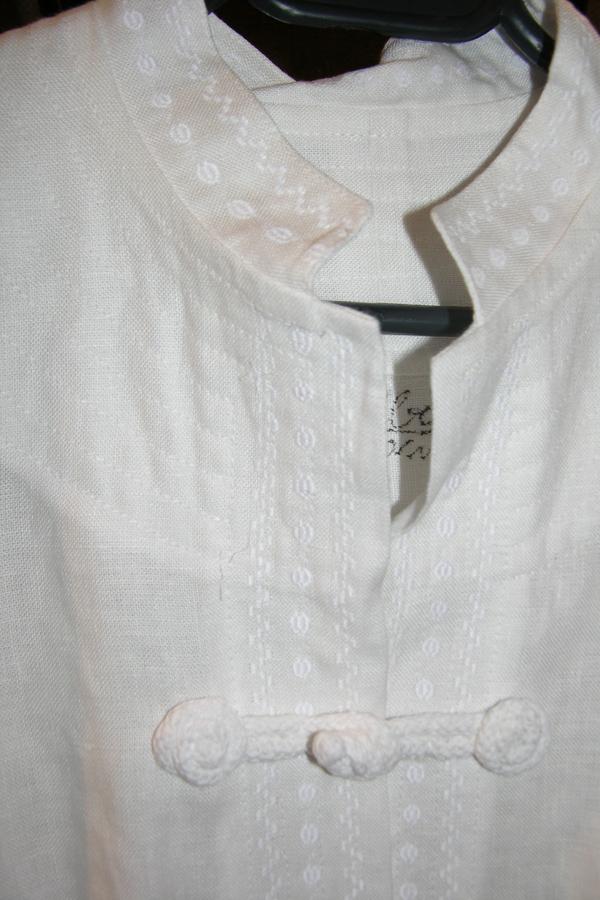 Płaszcz biały z ręcznie robionymi zapięciami.-394