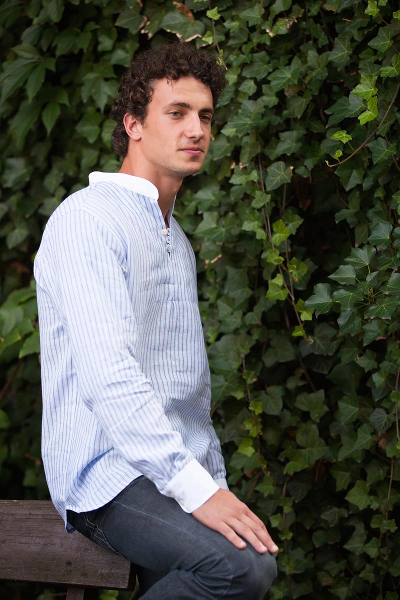 Koszula w niebiesko -białe paseczki ze stójką białą i białymi mankietami.-847