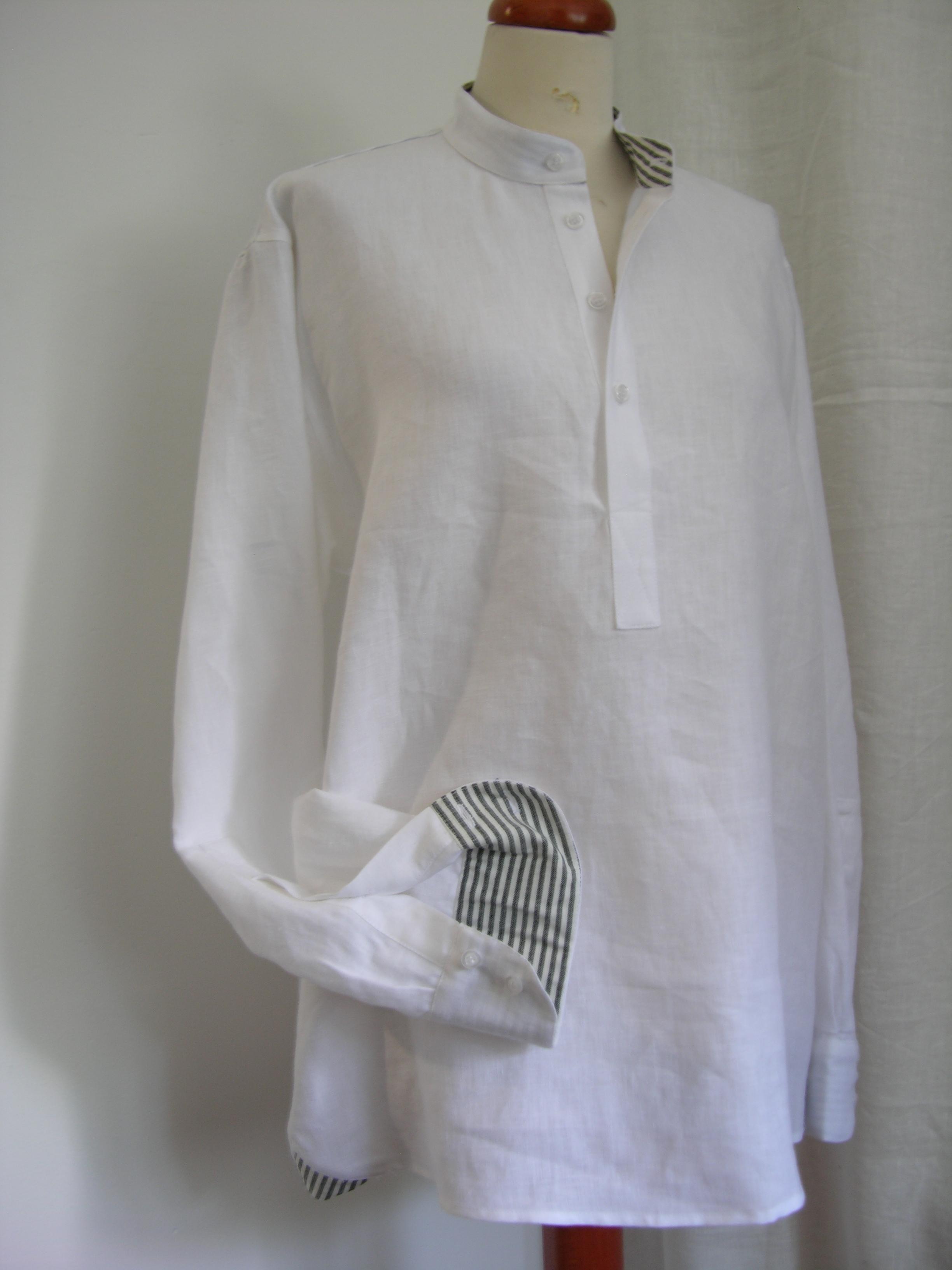 koszula biała ,rozcięcie z przodu ,stójka ,paseczki w środku.-0