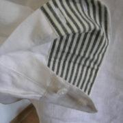 koszula biała ,rozcięcie z przodu ,stójka ,paseczki w środku.-918