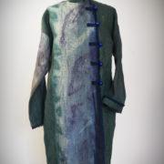 Płaszcz zielono-granatowy, zapinany na drewniane guziki.-928