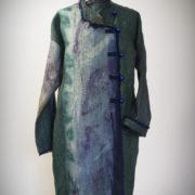 Płaszcz zielono-granatowy, zapinany na drewniane guziki.-0