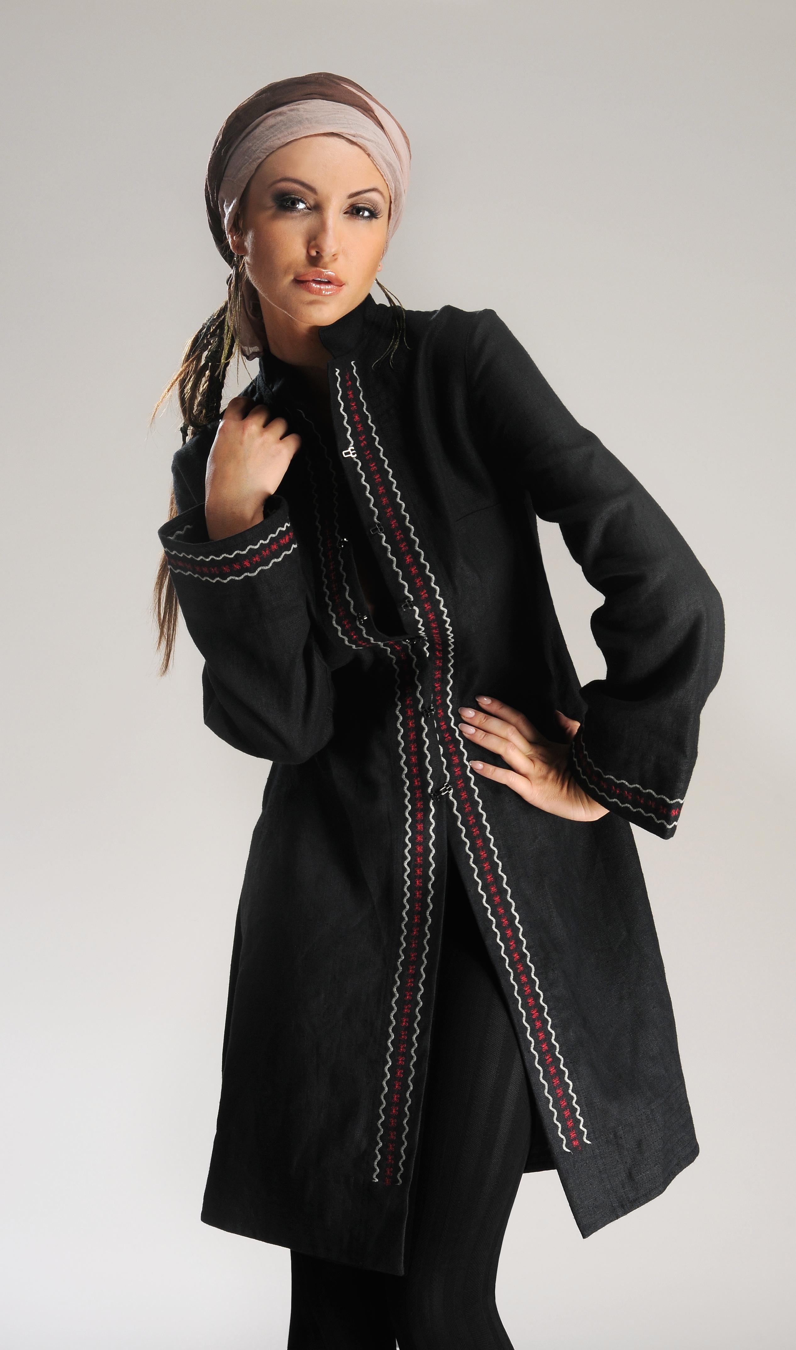 Płaszcz czarny na stójce z kolorowym haftem.-755