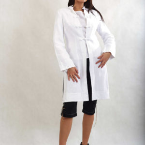 Płaszcz biały z ręcznie robionymi zapięciami.-0