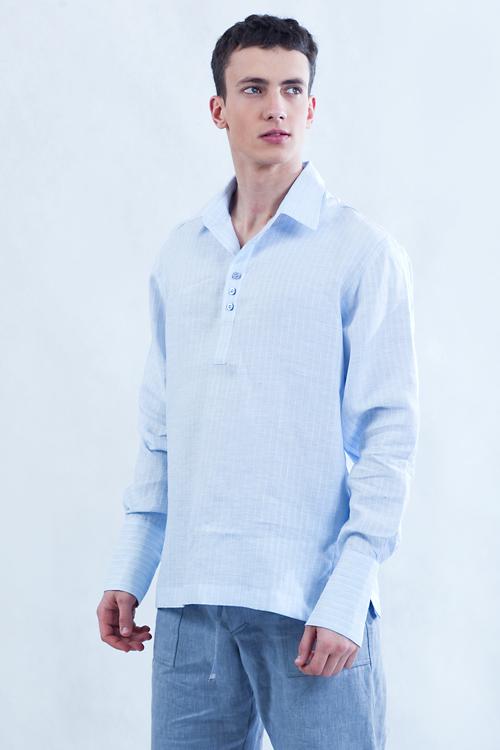 Koszula błękitna z kołnierzem, pęknięcie z przodu, dopasowany długi mankiet.-794